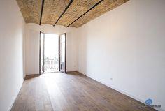 El salón vio mejorado su aspecto pero mantiene la personalidad de antaño gracias al techo de ladrillo visto. #livingroom #bcn
