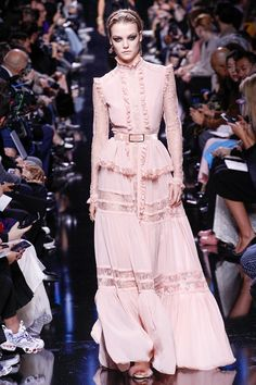 Elie Saab Fall 2017 Ready-to-Wear Fashion Show - Roos Abels (Ford) Elie Saab Couture, Couture Mode, Style Haute Couture, Couture Fashion, Runway Fashion, Fashion Show, Fashion Design, Fashion Week Paris, Fashion 2018