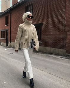 This is how to wear white skinny jeans even in the winter. With a neutral cable-knit sweater, the look is simple but sophisticated. White Jeans Winter, White Skinny Jeans, White Pants, Skinny Jean Outfits, White Skinnies, White Denim, Skinny Legs, Black Pants, Sweater And Jeans Outfit