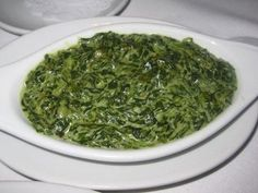 RUTH's CHRIS copycat creamed spinach Love their steaks, and I love their version of this classic side dish to a thick, juicy steak. Sometimes I cheat and use 2 10 ounce packages of frozen, chopped spinach which I thaw and drain. Steakhouse Creamed Spinach Recipe, Best Creamed Spinach Recipe, Canned Spinach Recipes, Ruth Chris Steak, Cooking Recipes, Healthy Recipes, Healthy Eats, Vegetable Side Dishes, Restaurant Recipes