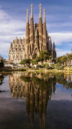 Ouvre inachevée de Gaudi, ce chantier titanesque _ A Sagrada Familia Barcelona szimbóluma. Ez a gigantikus projekt, Gaudi befejezetlen munkája Places To Travel, Places To See, Wonderful Places, Beautiful Places, Travel Around The World, Around The Worlds, Barcelona Travel, Foto Barcelona, Barcelona 2016