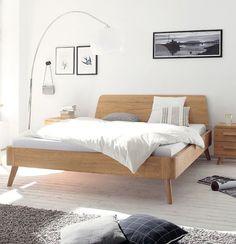 Massivholzbett Oak-Bianco | In massiver Eiche bianco präsentiert sich dieses Bett im angesagten Retro-Look und bringt mit seinen schlichten, organischen Formen frischen Wind ins Schlafzimmer. #bedroom #MoebelLETZ