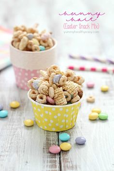 Super delicious and easy Bunny Bait aka Easter Snack Mix. Made with cereal, pretzels, peanuts, pastel M&M candies and white chocolate - perfect to put on the table before Easter dinner is served Easter Snacks, Easter Treats, Easter Recipes, Easter Food, Easter Desserts, Hoppy Easter, Easter Dinner, Easter Brunch, Easter Party