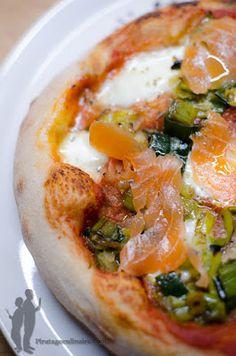 Pizza au poireau et au saumon fumé | Piratage Culinaire Pizza Buns, Pizza Burgers, Pizza Rolls, Finger Foods, Vegetable Pizza, Hummus, Hamburger, Food And Drink, Quiches