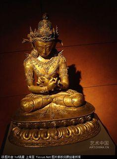金剛佛是藏傳佛教崇奉的本初佛,在藏傳佛教中地位極高。這尊像跏跌(音加夫)端坐,頭戴五花冠,面相莊嚴。上軀袒露、下著綢裙、全身瓔珞珠寶裝飾。兩手交叉于胸前結金剛哞(音轟)迦羅印、左手持金剛鈴、右手持金剛杵,表示方便與智慧圓滿具足。全身多處鑲嵌松石、體現了明代西藏地區造像工藝特點。