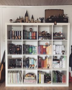 Harry Potter Display, Décoration Harry Potter, Harry Potter Bedroom, Harry Potter Houses, Harry Potter Pictures, Room Ideas Bedroom, Bedroom Decor, Geek Bedroom, Hogwarts