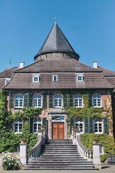 Detailverliebte Sommerhochzeit von Nancy Ebert Location Wasserschloss Linnep, Ratingen, Germany #venue #wedding #historic #romantic