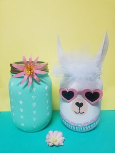 It& a pleasure to Lama! How adorable are these Lama jars with removable sunglasses? Perfect paired with a festive cactus pot! Bring your feast to life with these adorable Lama jars and potty cactus coordination. They make the perfect centerpeice, add - Kids Crafts, Fall Crafts For Kids, Cactus Rock, Mason Jar Crafts, Mason Jars, Decoration Cactus, Llama Decor, Llama Birthday, Birthday Decorations