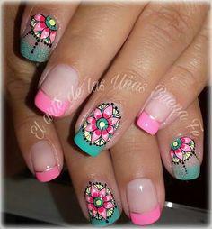 Diseños de uñas decoradas con mandalas