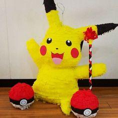 Pichachu muy contento y dos pokebolas en mini piñata que lo acompañan #picachu #pokemon #pokemonparty #pokeball #pokebola #fiestastematicasbogota #fiestasinfantiles #piñata #piñapiñatas #bogota