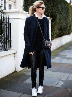 stan smith femme portées, manteau long bleu foncé, pantalon en cuir noir,  basket 90851fbdf700