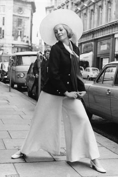 43 of the best vintage street style looks that are structured, bold, and elegant. Vintage Street Fashion, 1960s Fashion, Look Fashion, Womens Fashion, Fashion Design, Fashion Tips, Fashion History, Fashion Brands, Fashion Ideas