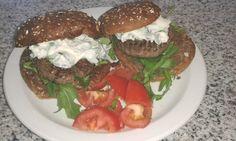 Hamburger met basilicum mayonaise en tomatensalsa