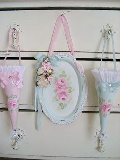Shabby chic is a soft, feminine and romantic way of decoration style that looks comfortable and inviting. Are you passionate about the shabby chic interior design and decoration? Check out these awesome shabby chic decor diy ideas & projects. Romantic Shabby Chic, Shabby Chic Stil, Estilo Shabby Chic, Shabby Chic Crafts, Shabby Chic Interiors, Shabby Chic Living Room, Shabby Chic Bedrooms, Shabby Chic Kitchen, Vintage Shabby Chic