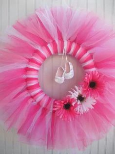 Magnificent DIY tulle wreath ideas – a romantic home decoration Tulle Wreath, Diy Wreath, Wreath Ideas, White Wreath, Baby Kranz, Deco Mesh Wreaths, Door Wreaths, Baby Wreaths, Tulle Crafts