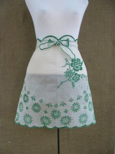 apron, I remember Mom having white apron w/ scalloped edges & embroidery on it...