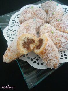 As salam aleikoum, voici de succulents croissants fourrés à la noix de coco (à la base c'est une farce aux noix!). Ils sont bien moelleux et parfaits le matin au petit déjeuner ou au goûter; mon fils a beaucoup aimé (surtout que j'ai ajouté du chocolat...