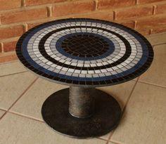 Mesinha feita com  reaproveitamento de bobina, mosaico com pastilhas de vidro. Tampo 50 cm diâmetro altura 35 cm contato@cassiaromano.com.br