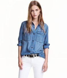 Blau. CONSCIOUS. Twillbluse aus Tencel® Lyocell. Die Bluse hat vorn eine Knopfleiste sowie Brusttaschen mit Patte und Knopf. Lange Ärmel mit geknöpfter