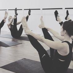 Barre Workout Düsseldorf Pilates Cornelia Dingendorf Ballett Fitness Sportswear Barresocks Training Ballet Workout #youpilastudiodüsseldorf #barreworkout #düsseldorf #barreworkoutdüsseldorf #barreworkoutdüsseldorfyoupila  #backtobody #barreworkoutgermany #rückbildung #mamaworkout #corneliadingendorf #pilatesstudiodüsseldorf #pilatesdüsseldorf #balletfitnessdüsseldorf #balletfitness #düsseldorf #pilatesmatwork #barrewithbaby #rückbildungdüsseldorf #fitness #abnehmen