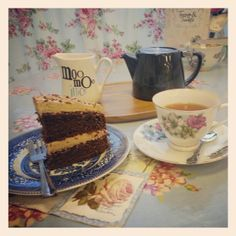 Chocolate cake and Suki Belfast Brew ♥ #tea #teapot #belfast #teacupsandtrinkets #chocolate #cake #vintage #tearoom