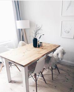 Light it up! Raumbeleuchtung spielt eine große Rolle in der Inneneinrichtung: Sie füllt nicht nur die dunkelsten Ecken mit Licht, sondern schafft auch eine besondere Atmosphäre, betont Ihren Wohnstil und setzt Akzente. Die Stehleuchte Tripod passt perfekt in diese Esszimmer im modernen Skandi Look ! // Esszimmer Leuchte Fell Esstisch Stühle Weiss Vase Zweige Dekoration BilderIdeen Deko Holz #Esszimmer #EsszimmerIdeen #Esstisch #Stühle #Skandinavisch#Ideen#Dekoration#Stehleuchte@maikii88