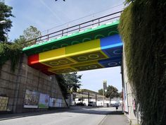 德國Wuppertal一座由鐵道改建而成的行人天橋,經過街頭藝術家Megx彩繪之後,看起來就像用樂高積木堆出來的一樣