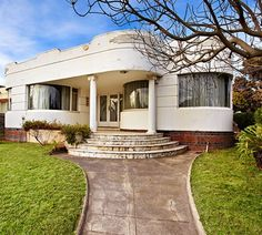 Deco house, Caulfield, Melbourne (Australia). With dignity and drama curved lines. Spacious rooms, two with curved glass windows. I like this style houses. My grandmother home was design with this architectural tendency.