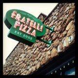 Das ist die berühmte Fratelli Pizzeria. Der Lieblingsitaliener und  abendlicher Treffpunkt der Mädchenclique Amy, Rachel und Emily.