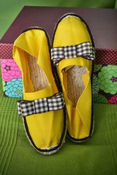GEMITA CROCHET : zapatillas de esparto decoradas Customize Your Own Shoes, Make Your Own Shoes, How To Make Shoes, Crochet Boots, Crochet Slippers, Fashion Bags, Fashion Accessories, Boho Shoes, Decorated Shoes