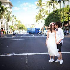 Hawaiiphoto♡ ♡ ♡ #weddingtbt#wedding#Hawaii#waikiki#wedding#weddingdress#weddingphoto#townphoto#ハワイ#横断歩道#コンバース#ミモレ丈#ミモレ丈ウェディングドレス#花冠#タウンフォト
