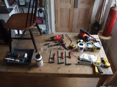 Retrouvez toutes les étapes pour rénover une vieille chaise en bois.  Pour votre sécurité, pensez à vous protéger avec un masque, une paire de gants et des lunettes. #DIY #Bicolage