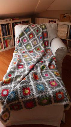 Grey Majesty Granny Square Blanket - me gusta que tiene 2 colores que unen a los otros (gris y blanco) tal vez otro color