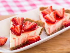 Here is a quick sugar free recipe that's so easy to make, but the strawberry cheesecake still tastes so good. You won't feel guilty at all after taking the first bite.