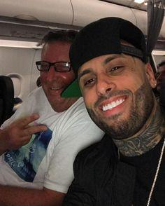 Aquí con mi nuevo amigo que conocí en el avión  Hacia tiempo no volaba con el pueblo tamo activo Instagram