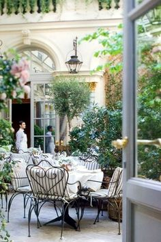 Life in a French Dream. (The Ritz Hotel courtyard, Paris, France) Restaurants In Paris, Paris Hotels, Hotel Paris, Ralph's Paris, Romantic Restaurants, Montmartre Paris, Oh The Places You'll Go, Places To Travel, Places To Visit