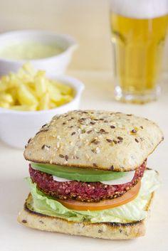 Hamburguesa de quinoa y remolacha con salsa de yogur al curry Curry, Milanesa, Sweet And Salty, Vegan Life, Salmon Burgers, Cooking Time, Vegan Vegetarian, Healthy Recipes, Healthy Food