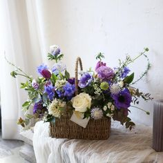 На данном изображении может находиться: цветок и растение Tall Basket, Plant Basket, Flower Basket, Flower Boxes, Basket Flower Arrangements, Table Flowers, Floral Arrangements, Art Floral, Weaving Art