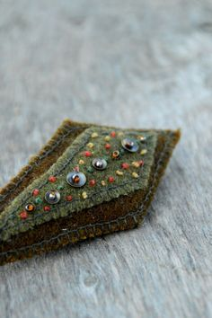 Olive green and brown abstract textile brooch. Brooch por Mioltu