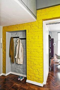 Po przeniesieniu szafy do sypialni we wnęce po niej zamocowano tylko wieszaki na noszone akurat płaszcze i kurtki. Obszerny pawlacz służy jako domowy magazynek na rzadko używane rzeczy.