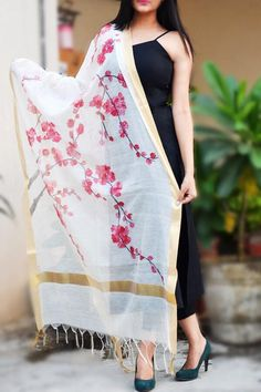 Buy Pink Japanese Cherry Blossom Statement Stole in India Saree Painting, Dress Painting, Silk Painting, Fabric Painting On Clothes, Hand Painted Sarees, Hand Painted Fabric, Fabric Paint Designs, Fabric Design, Fabric Paint Shirt