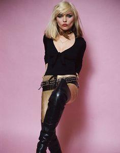 """Debbie Harry stand für das Ende der Punk-Ära und den Beginn einer neuen interkulturellen Mischung aus Mode und Musik. Hier trägt die Sängerin der Band """"Blondie"""" 1978 die für sie typischen Overkneestiefel zu einer goldenen Jeans, die vorn geschnürt ist. (Foto: Vintage Style/Schwarzkopf & Schwarzkopf Verlag)"""