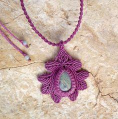 Kézműves csomózott makramé textil egyedi fekete nyaklánc ékszer rubin-fuchsit ásvány nyaklánc