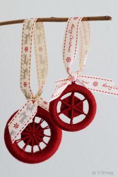 Christmas Crafts, Christmas Decorations, Xmas, Christmas Ornaments, Christmas Stuff, Christmas Ideas, Dorset Buttons, Button Necklace, Diy Buttons