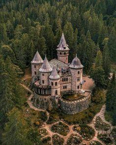 Beautiful Castles, Beautiful Buildings, Beautiful Places, Fantasy Castle, Gothic Castle, Fantasy Landscape, Beautiful Architecture, Fantasy World, Fairy Tales