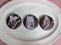 A D.I.Y. on how to make sugar cookies decorated with a chalkboard-like effect.  This recipe uses simple painting techniques.