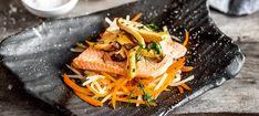 Zutaten: Für die Lachsforelle und das Gemüse: 4 Stück Lachsforelle ohne Gräten (ca. 120 g pro Stück); 1 Kohlrabi; 4 Karotten; 200 ml Gemüsesuppe! Für Kräuterseitling: 8 Kräuterseitlinge (ca. 400 Gramm); 2 EL Olivenöl zum Braten; 1 Bund Schnittlauch; etwas frische Dille zum Garnieren; Salz! Kraut, Japchae, Low Carb, Fish, Ethnic Recipes, Fried Mushrooms, Fish Dishes, Fennel, Pisces