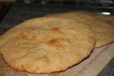 Naans : 450 g de farine de blé ordinaire;20 g de levure de boulanger; 1 yaourt; 1 oeuf; 15 cl de lait tiède; 2 cuillères à café de sucre en poudre; 2 cuillères à café d'huile; 2 pincées de sel repos 40mn, degazer faire des boules 10mn repos abisser en gallettes; 50 g de beurre a faire fondre les badigeonner 10mn four