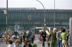 Der Alltag vorm Bahnhof, 1980 | So sah West-Berlin aus, als es von der Mauer umschlossen war