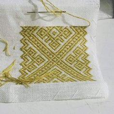 Bilderesultat for brodere smøyg Folk Embroidery, Cross Stitch Embroidery, Cross Stitch Patterns, Textiles Techniques, Bargello, Queen Bees, Fiber Art, Needlepoint, Needlework